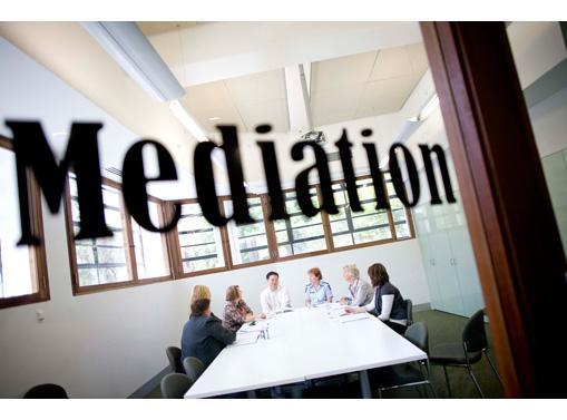 Implementasi Kebijakan Pelembagaan Mediasi Dalam Proses Peradilan Melalui Peraturan Mahkamah Agung RI Nomor 01 Tahun 2008 Tentang Prosedur Mediasi Di Pengadilan Dalam Menyelesaikan Sengketa Melalui Lembaga Mediasi